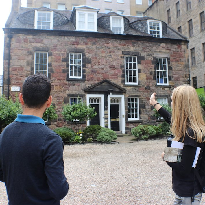 The guide pointing to Thistle court building Edinburgh New Town Architecture Tour
